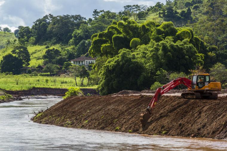 Ações de limpeza das margens do Rio do Carmo.