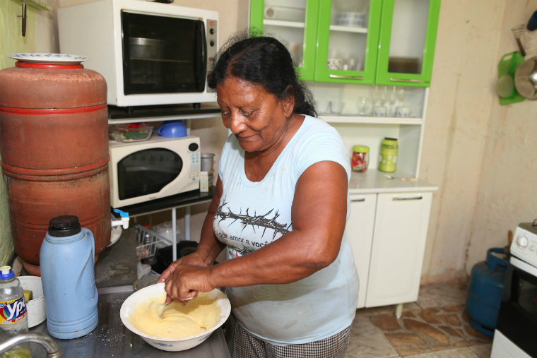 Oficina culinária, em Gesteira, distrito de Barra Longa (MG), para troca de experiências entre nove cozinheiras da comunidade.