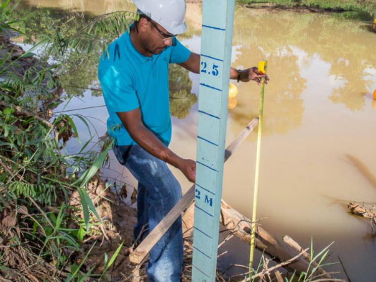 Régua instalada no rio Pancas serve como referência para a mediação.
