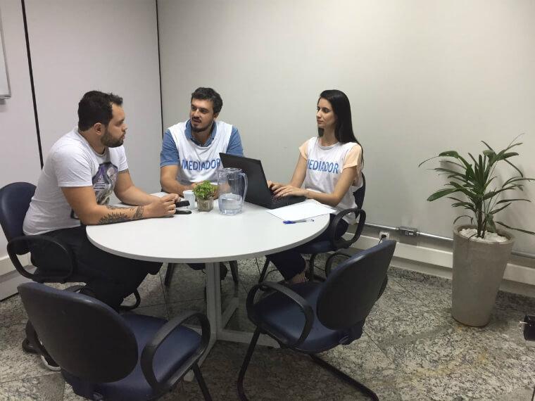 Equipe da Fundação Renova promove reuniões com as famílias impactadas para estabelecer acordo de indenização.