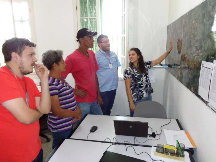 Families from rural areas of Mariana and Barra Longa visit the Renova Foundation office