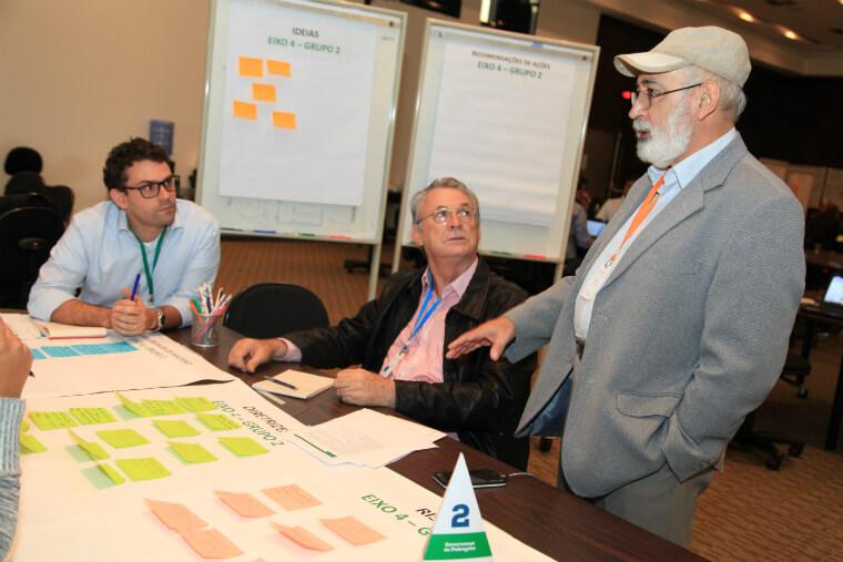 Participantes do workshop sobre restauração florestal no Vale do rio Doce realizam discussões em grupos de trabalho.