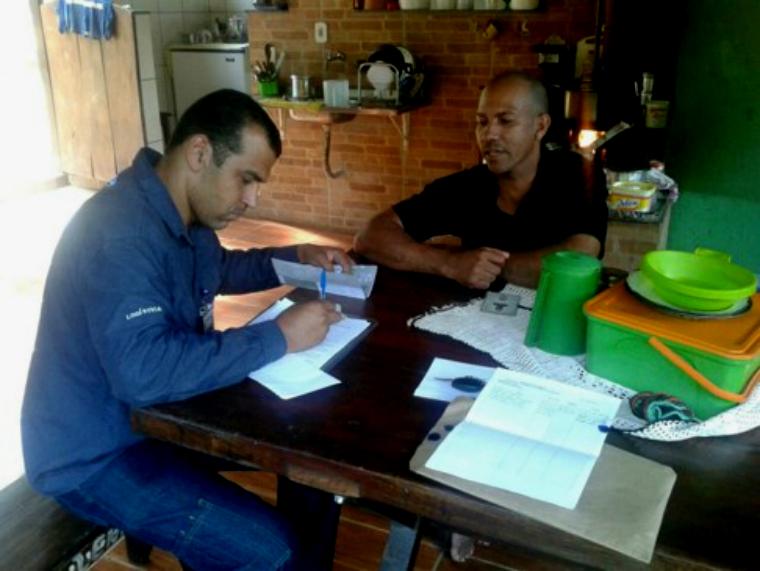A equipe de Auxílio Financeiro realiza novas visitas às comunidades para concluir a substituição dos cartões.