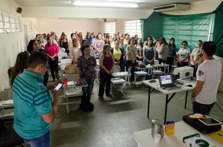 Teachers are trained to develop the Doce Douradinho project for environmental education.