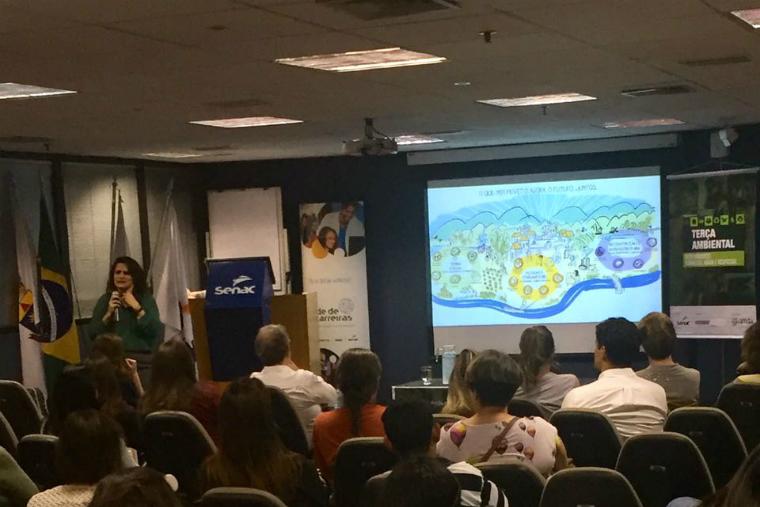 Andrea Azevedo, diretora-executiva da Fundação Renova, apresenta as ações socioambientais da instituição em evento da Amda.
