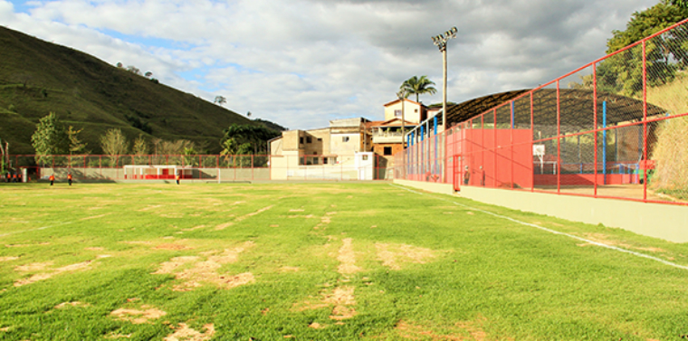 Barra Longa (MG) soccer field was renovated and provisionally delivered to the community.