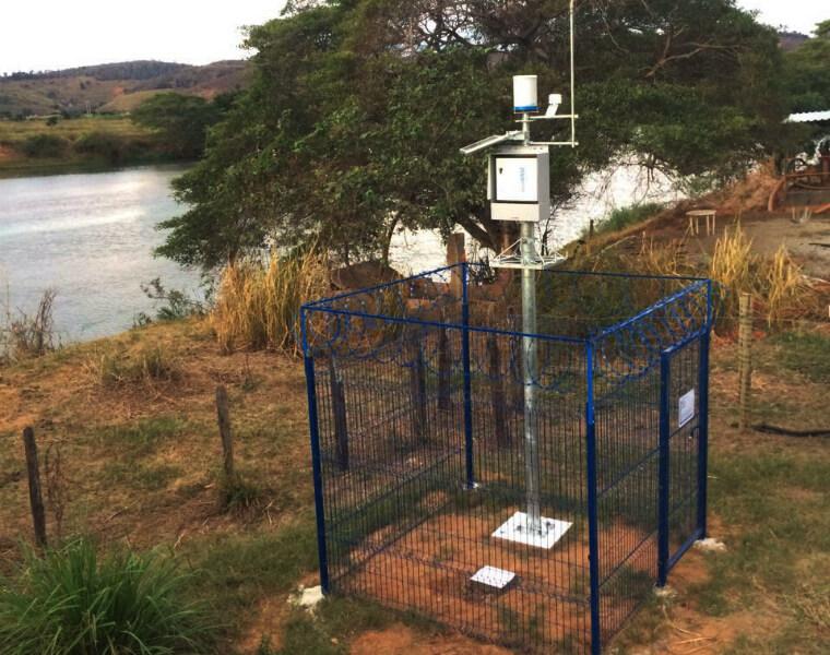 Equipamento da estação automática do Tipo I, instalado no rio Manhuaçu em Aimorés, em Minas Gerais