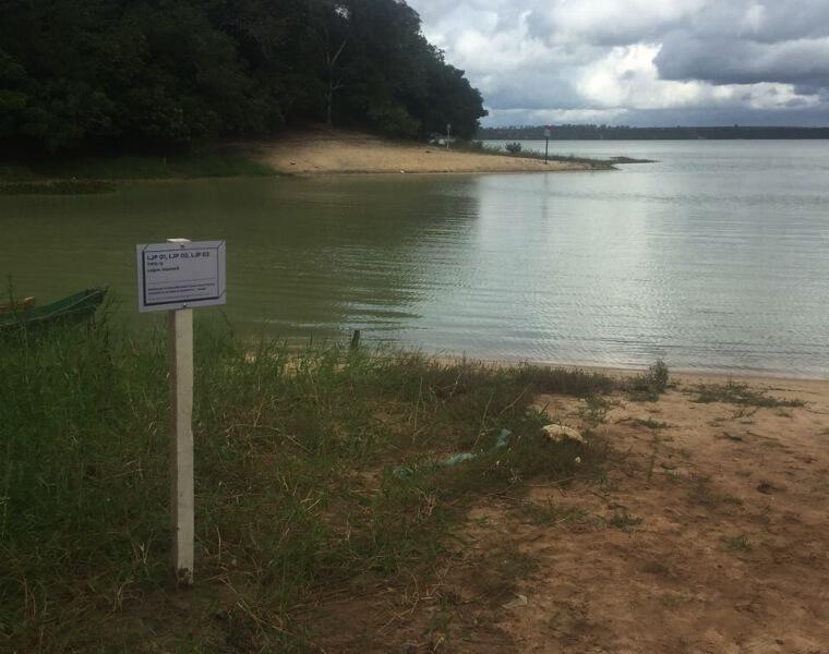 Placa instalada na Lagoa Juparanã, em Linhares (ES), com informações do ponto de monitoramento do PMQQS.