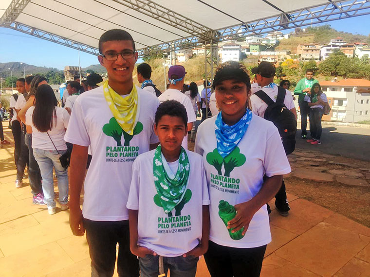 "Young ""Climate Justice Ambassadors"" plant first native seedlings in Mariana (MG)."