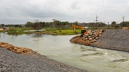 COFFERS ARE INSTALLED IN THE PEQUENO RIVER CANAL IN LINHARES (ES)